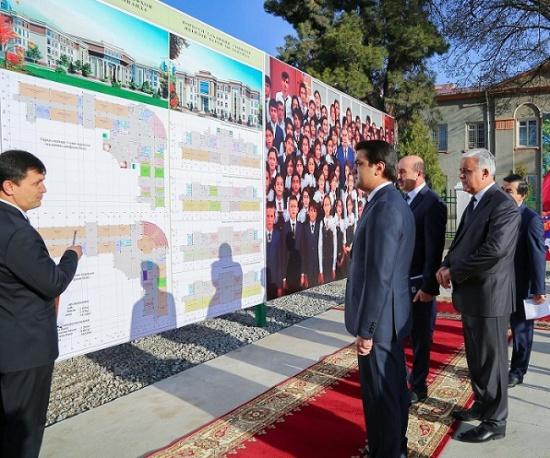 Рустами Эмомалӣ ба сохтмони мактабҳои замонавӣ дар шаҳри Душанбе санги асос гузошт